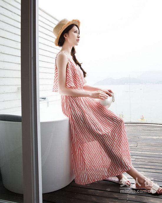 穿吊带飘逸长裙,拗出慵懒休闲度假风